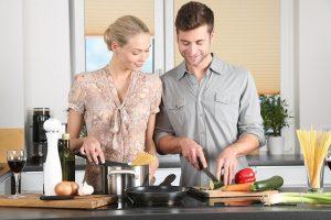 Liebe geht doch durch den Magen - gemeinsam kochen und schneiden (auf dem persönlichen Schneidebrett)
