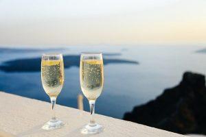So wird das gemeinsame Anstoßen auf die Verlobung noch schöner – mit gravierten Gläsern, die man geschenkt bekommt